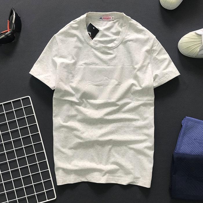 Áo thun nam cổ tròn với biểu tượng cá mập tiệp màu ở ngực trắng