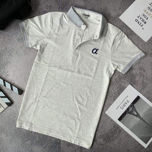 Áo thun nam trơn cổ bẻ phối viền ở cổ và tay áo với logo a cách điệu xám nhạt