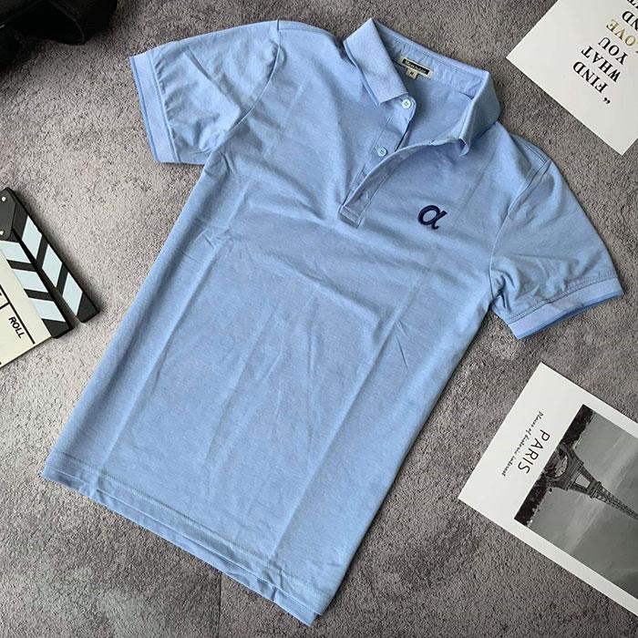 Áo thun nam trơn cổ bẻ phối viền ở cổ và tay áo với logo a cách điệu xanh da tời