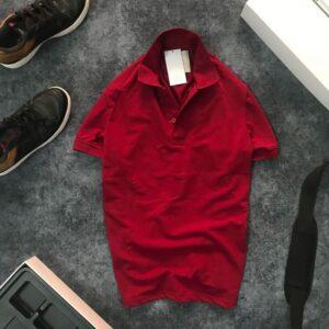 Áo thun nam trơn cổ bẻ với logo bên trái đỏ