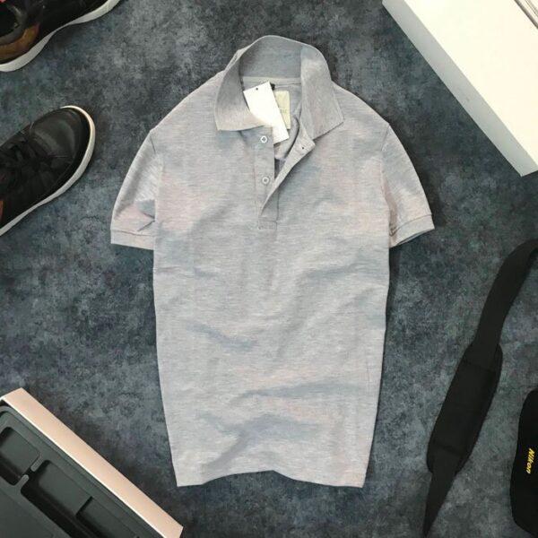 Áo thun nam trơn cổ bẻ với logo bên trái xám